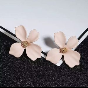 🌸$10 3/$25 BEIGE PINK KOREAN FLOWER STUD EARRING